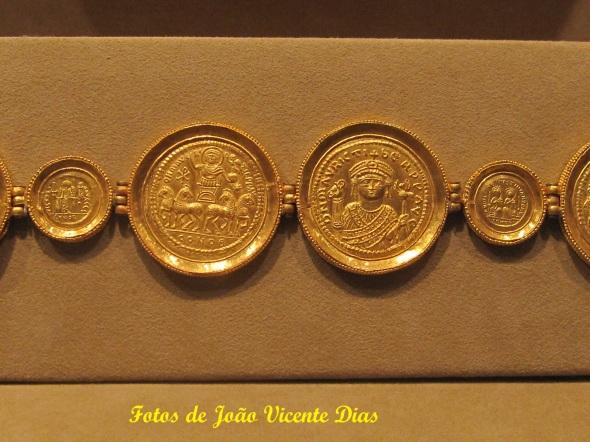 Cinturão incompleto de ouro feito de solidi e medalhões. 582-602
